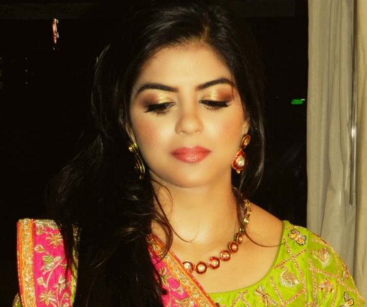 Her sister Aleezay Lakahni also wore Nida Azwer to the Mehndi, makeup by Natasha Khalid